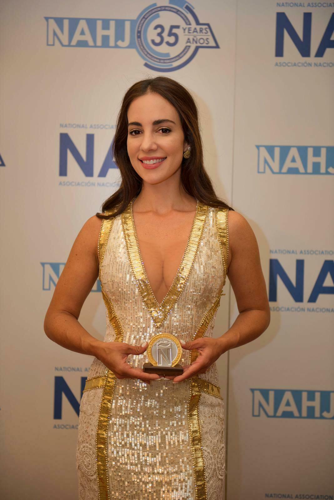 La periodista y escritora venezolana, Mariana Atencio, recibiendo el Premio Presidencial NAHJ. Texas, Estados Unidos, septiembre de 2019.