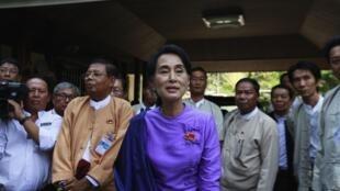 Аун Сан Су Чжи на пресс конференции после участия в конгрессе партии «Национальная лига за демократию».