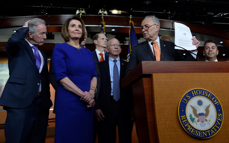 Bà Nancy Pelos (G), chủ tịch Hạ Viện Mỹ trong một cuộc họp báo sau khi cuộc họp với tổng thống Mỹ ở Nhà Trắng bị hủy bỏ, Washington, ngày 22/05/2019