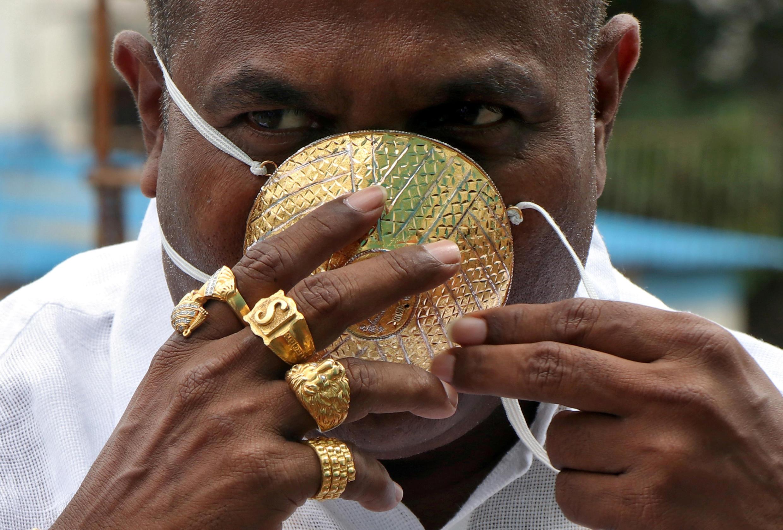 В условиях пандемии золото стало самой надежной ценностью. На фото — индийский бизнесмен Шанкар Кураде, заказавший себе маску из золота (стоимость около 4000 долларов).