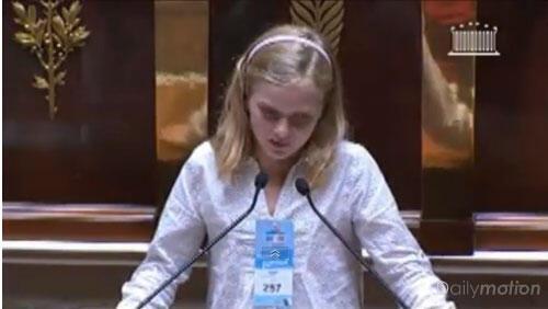Diane Kruger, pendant son discours au Parlement des enfants.