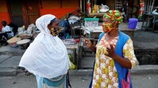 Des femmes portant des masques au marché de Nima à Accra au Ghana, le 20 avril 2020.