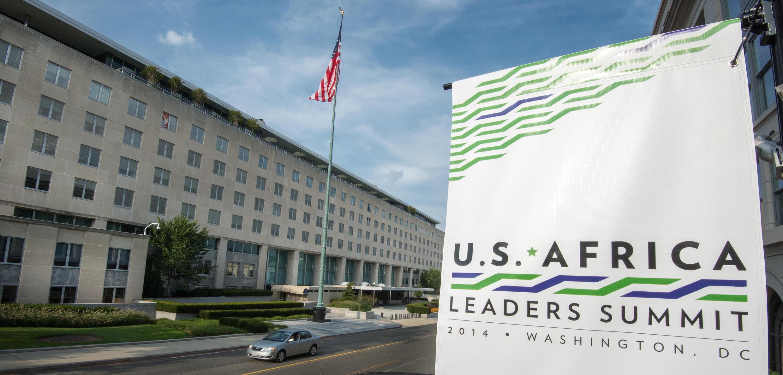 Devant le département d'Etat américain, une pancarte annonce le premier sommet Etats-Unis-Afrique, qui débutera le 4 août prochain.