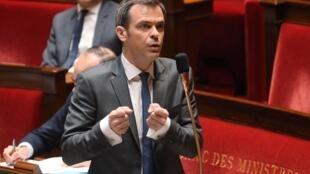 Le ministre français de la Santé, Olivier Véran, défend l'action du gouvernement sur la gestion des masques, à l'Assemblée nationale, le 19 mars 2020.