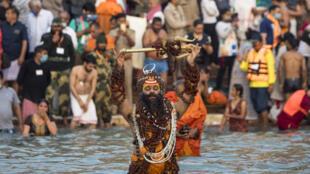 Peregrinos al borde del Ganges en la Kumbh Mela en Haridwar en India, el 12 de abril 2021