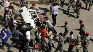 Des Egyptiens ont violemment manifesté à Suez contre la libération de l'ancien chef de la sécurité de la ville, le 6 juillet 2011.