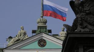 Le drapeau russe flotte sur Saint-Pétersbourg le 4 avril 2017.