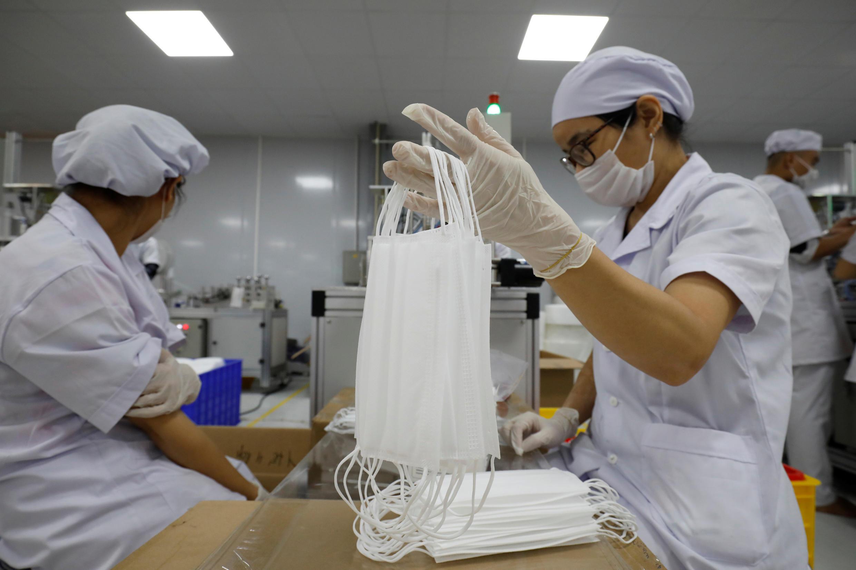 Công nhân nhà máy An Phú sản xuất khẩu trang chống dịch Covid-19), tỉnh Bắc Ninh, Việt Nam. Ảnh chụp ngày 05/08/2020.