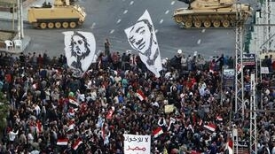 Танки перед президентским дворцом в Каире в пятницу 7 декабря 2012.