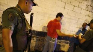 Contrôle d'identité d'un habitant des quartiers sensible de Caracas par des militaires, le 23 mai 2013.