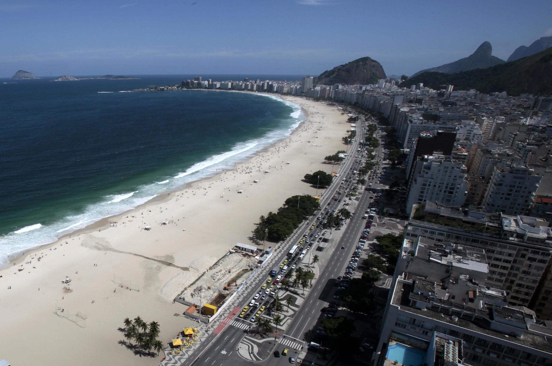 Vista aérea da praia de Copacabana no Rio de Janeiro, um dos cartões postais do Brasil