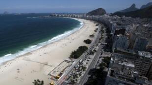 Vista aérea da praia de Copacabana no Rio de Janeiro.