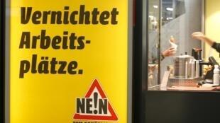 """Propaganda pelo """"não"""" ao salário mínimo em lancheria de Zurique."""