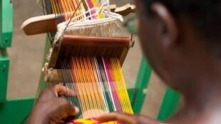 Tissage de tissu Kenté par un artisan ghanéen.