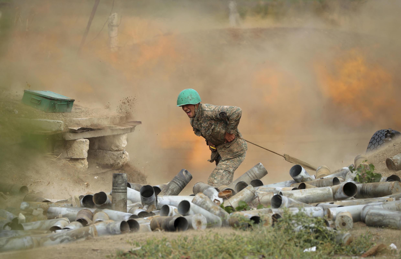 亚美尼亚军人炮击阿塞拜疆阵地2020年9月29日上-卡拉巴赫(资料图片)