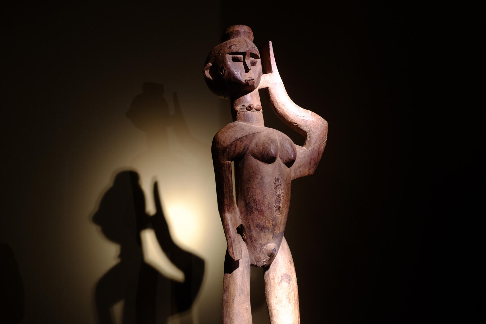 Buthib kotin, statuaire lobi, figure féminine. Ancêtre inachevé qui renvoie à une forme de folie. H 95 cm. Exposée dans « Les bois qui murmurent. La grande statuaire lobi » à l'Ancienne Nonciature, Bruxelles.