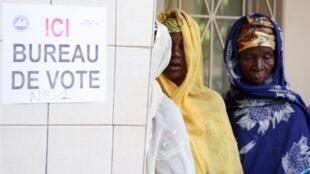 Femmes burkinabè faisant la queue devant un bureau de vote à Ouagadougou, le 21 novembre 2010.