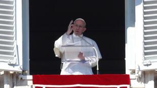 Le pape François, lors de son Angelus sur la place Saint-Pierre au Vatican, le 19 février 2017.