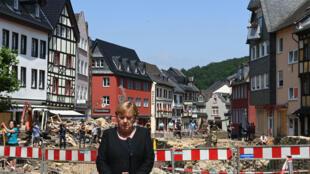 La canciller Angela Merkel en la ciudad de Bad Munstereifel, afectada por las inundaciones, el 20 de julio de 2021