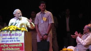 Narendra Modi devant la convention nationale des commerçants, où il vante les mérites du «modèle économique du Gujarat».