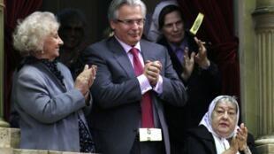 Le juge espagnol Baltasar Garzon (C) assiste à l'inauguration du Parlement argentin entouré Estela Carlotto( G) Hebe de Bonafini, le 1er mars 2012.
