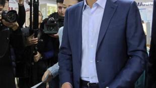 Кандидат на пост президента Кыргызстана Омурбек Бабанов на избирательном участке в Бишкеке, 15 октября 2017.