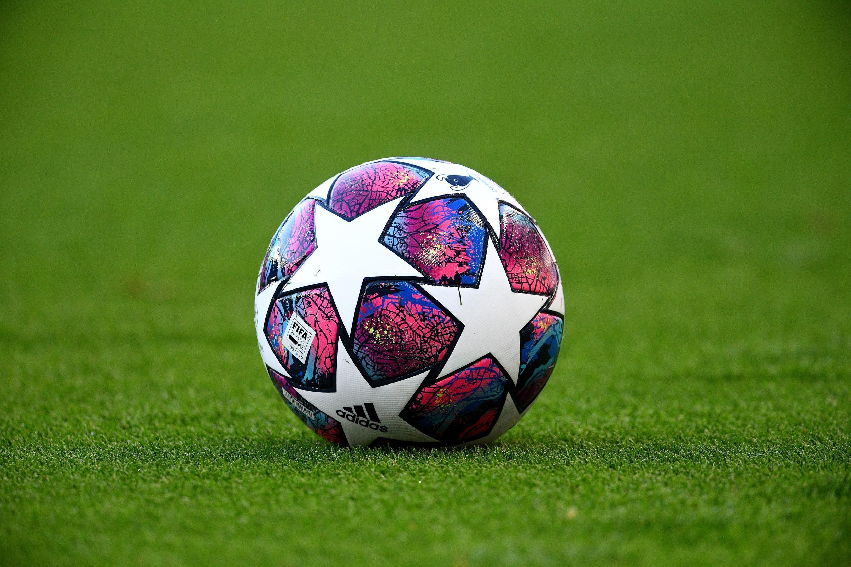 Foto tomada el 5 de agosto de 2020 muestra una pelota oficial de la Liga de Campeones UEFA durante el partido amistoso entre los franceses Paris Saint-Germain (PSG) y Sochaux (FCSM) en el estadio Parque de los Príncipes de París.