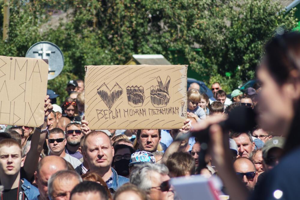 Участники митинга в г. Глубокое с самодельным транспарантом: сердце, камень, ножницы - верим, можем, победим