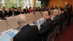 François Hollande entouré du Premier ministre, Jean-Marc Ayrault, et du ministre du Travail, Michel Sapin, lors de la Condérence sociale le 20 juin 2013.