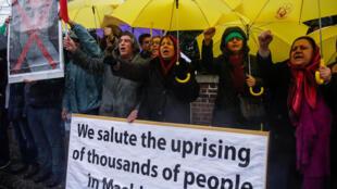 伊朗駐英國使館外支持反對魯哈尼示威運動的集會人群資料圖片