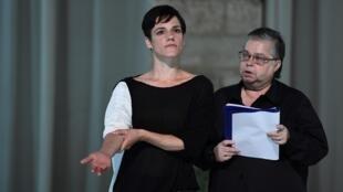 """Sofia Dias (esq) e Cristina Vidal (dta) durante os ensaios da peça """"Sopro"""" de Tiago Rodrigues"""
