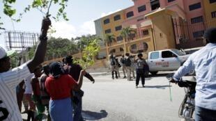 Des Haïtiens se regroupent devant un hôtel de Port-au-Prince désigné comme centre de quarantaine pour les malades du covid-19 (image illustration).