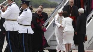 Президент Кипра приветствует понтифика в аэропорту Пафоса