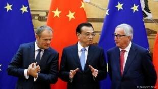 2918年7月16日,欧委会主席容克和欧洲理事会主席图斯克和中国总理李克强在北京共同主持中欧峰会