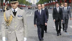 El presidente francés François HOllande encabeza el desfile del 14 de julio en París (14/07/2014)