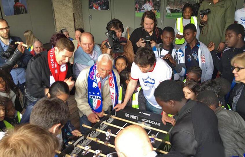 C'est l'Association Tatane qui organise le tournoi de papy-foot : chaque personne âgée joue avec un enfant.