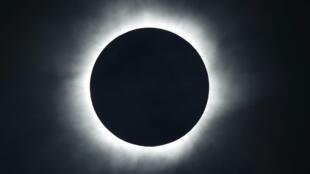 Photographie de l'éclipse solaire, observée depuis la plage de l'île de Ternate, en Indonésie, le 9 mars 2016.