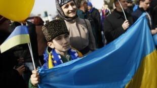 Nacionalistas ucranianos participam de comemoração do bicentenário do nascimento poetaTaras Sevchenko na Crimeia.