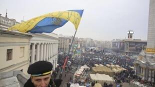 Uma multidão de cerca de 200 mil pessoas manifestaram, neste domingo (15), na praça da Independência, em Kiev, Ucrânia.