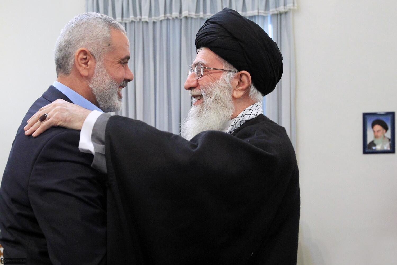 عکس آرشیو - دیدار اسماعیل هنیه با آیتالله خامنهای در سفرش به تهران. ٢٣ بهمن ١٣٩٠