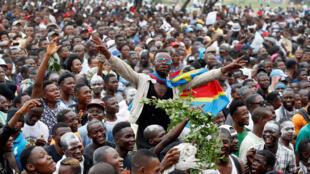 Les partisans de Felix Tshisekedi célèbrent la victoire de leur candidat à l'élection présidentielle devant le siège du parti à Kinshasa, en République démocratique du Congo, le 10 janvier 2019.