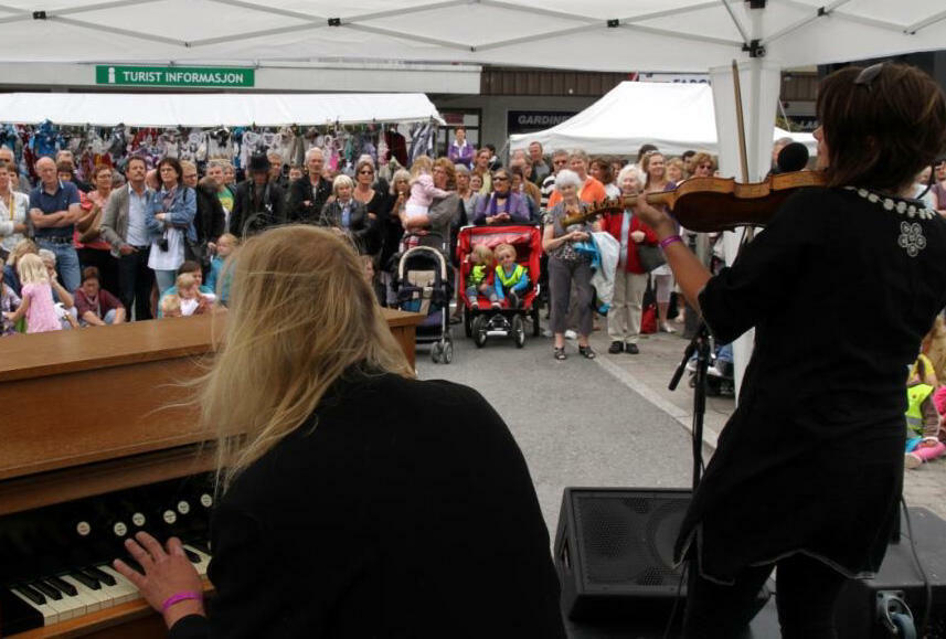 Free lunchtime concerts for festival-goers