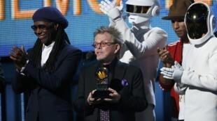 O duo francês Daft Punk ao lado de Paul Williams, Pharrell Williams e Nile Rodgers na 56ª edição do Grammy, em Los Angeles, 26 de janeiro de 2014.