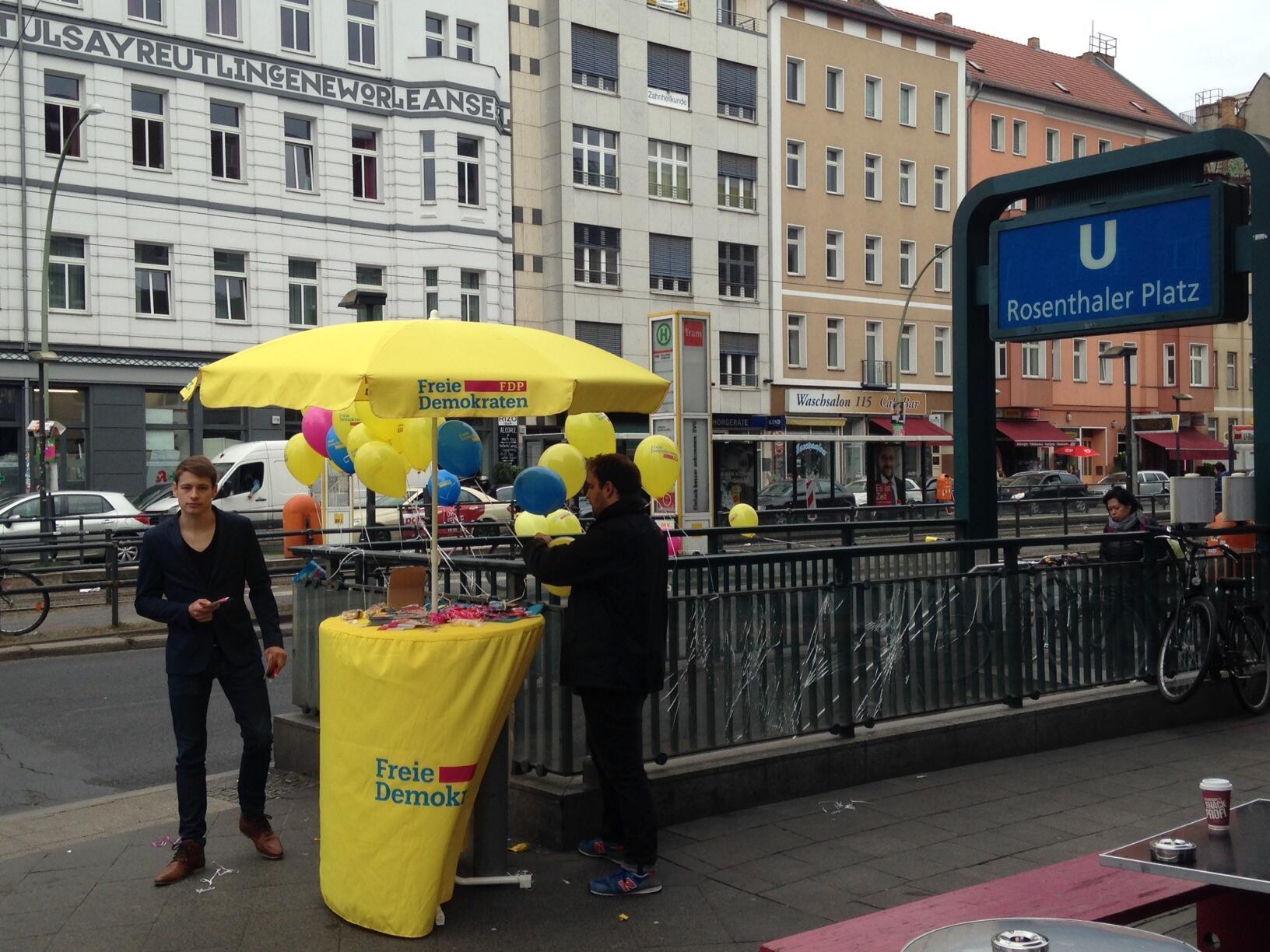 Equipe do FPD distribui panfletos na Rosenthaler Platz, em Berlim, na reta final da eleição legislativa alemã