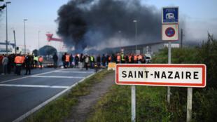 Trabalhadores bloqueiam o porto de Saint-Nazaire, no dia 24 de maio.