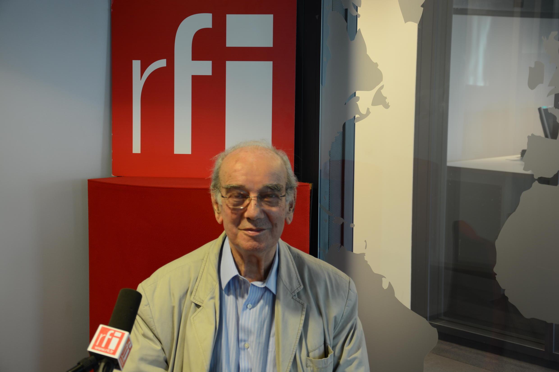 شاهین فاطمی در استودیوی رادیو بین المللی فرانسه