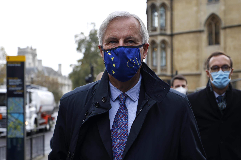 Michel Barnier, con una mascarilla de la Unión Europea, llega a un centro de conferencias para las negociaciones sobre un acuerdo comercial con el Reino Unido, el 9 de noviembre de 2020 en Londres