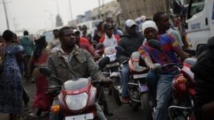 A Bangui, la capitale centrafricaine, les motos-taxis sont un moyen de survie pour de nombreux jeunes. Mais ils sont aussi la cause de nombreux accidents.