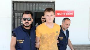Россиянин Ренат Бакиев в сопровождении полиции в турецком городе Адана, 10 августа 2017.