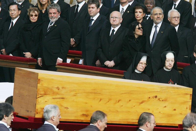 Tổng thống Đài Loan Trần Thủy Biển (ngoài cùng bên trái) dự tang lễ Đức Giáo hoàng Gioan Phao lồ đệ nhị, Vatican, 08/04/2005